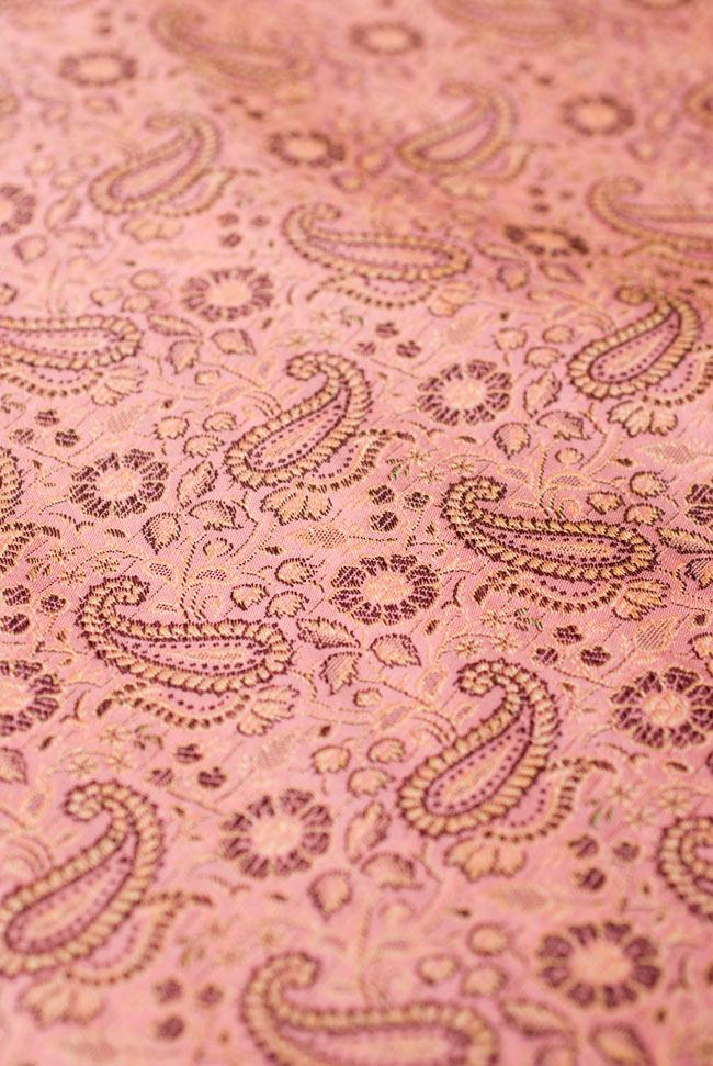 〔約105cm×105cm〕インドの金糸入りテーブルカバー パールピンク×ペイズリーの写真4 - 中央部分です。豪華かつ重厚なデザインです。