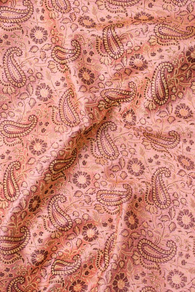 〔約105cm×105cm〕インドの金糸入りテーブルカバー パールピンク×ペイズリーの写真5 - 光沢感のある美しい布が使われています。裏地がついていて二重構造になっていますので、しっかりしています。