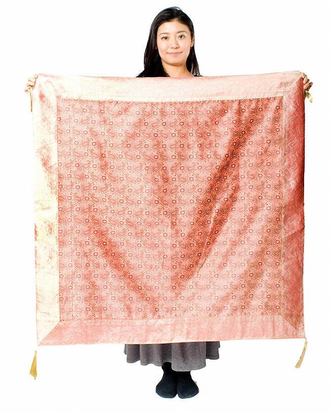 〔約105cm×105cm〕インドの金糸入りテーブルカバー パールピンク×ペイズリーの写真7 - 大きさの参考にモデルさんが持ってみました。