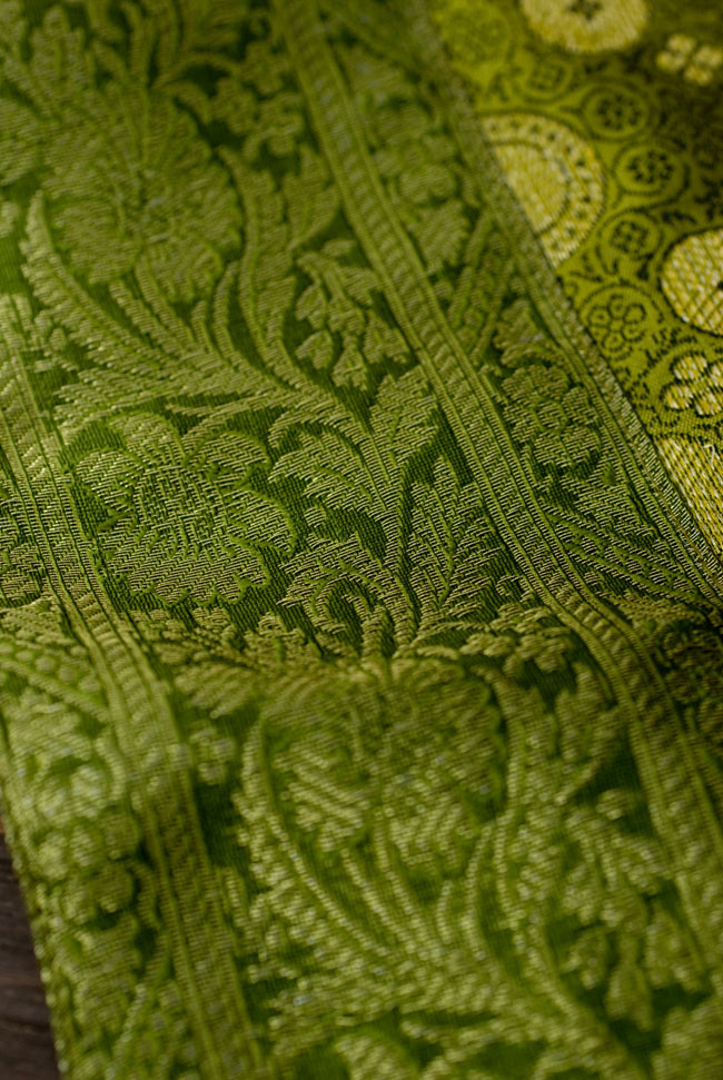 〔約105cm×105cm〕インドの金糸入りテーブルカバー - グリーン×唐草 3 - 縁の部分の装飾が美しいです。
