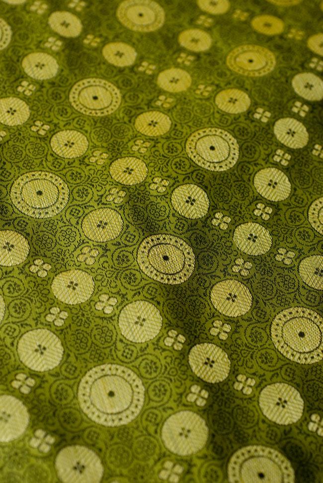 〔約105cm×105cm〕インドの金糸入りテーブルカバー - グリーン×唐草 4 - 中央部分です。豪華かつ重厚なデザインです。