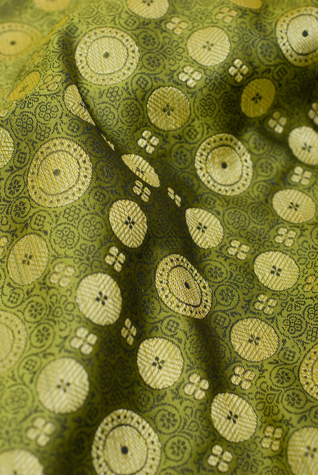 〔約105cm×105cm〕インドの金糸入りテーブルカバー - グリーン×唐草 5 - 光沢感のある美しい布が使われています。裏地がついていて二重構造になっていますので、しっかりしています。