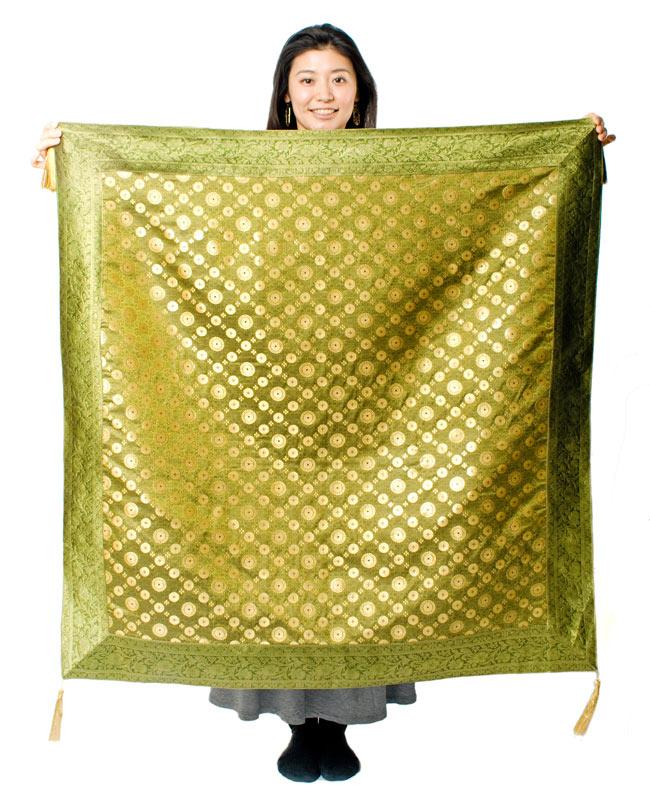 〔約105cm×105cm〕インドの金糸入りテーブルカバー - グリーン×唐草 7 - 大きさの参考にモデルさんが持ってみました。