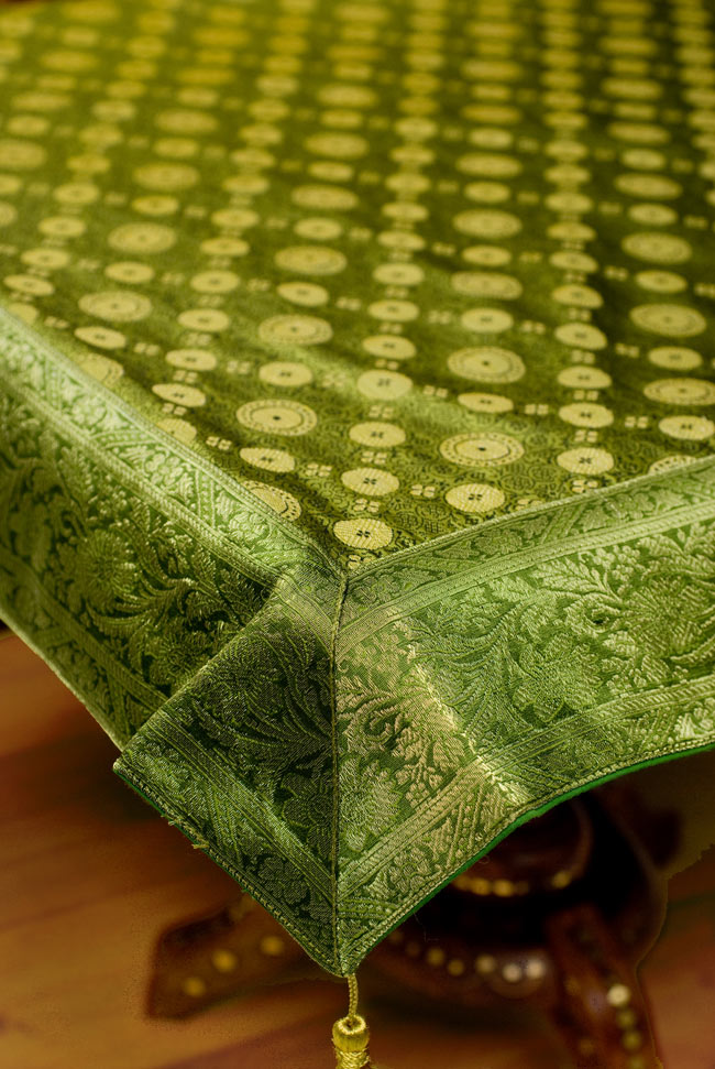 〔約105cm×105cm〕インドの金糸入りテーブルカバー - グリーン×唐草の写真