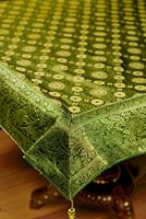 エスニック雑貨のセール品:[日替わりセール品]〔約105cm×105cm〕インドの金糸入りテーブルカバー グリーン×唐草