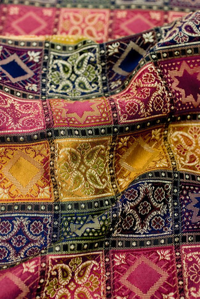 〔約180cm×40cm〕インドの金糸入りテーブルランナー 赤紫×マルチカラーの写真5 - 光沢感のある美しい布が使われています。裏地がついていて二重構造になっていますので、しっかりしています。