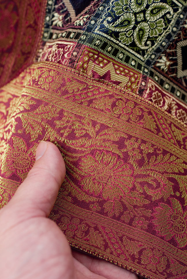 〔約180cm×40cm〕インドの金糸入りテーブルランナー 赤紫×マルチカラーの写真6 - ふちの部分は堅さとしなやかさのあるがあり丈夫です。