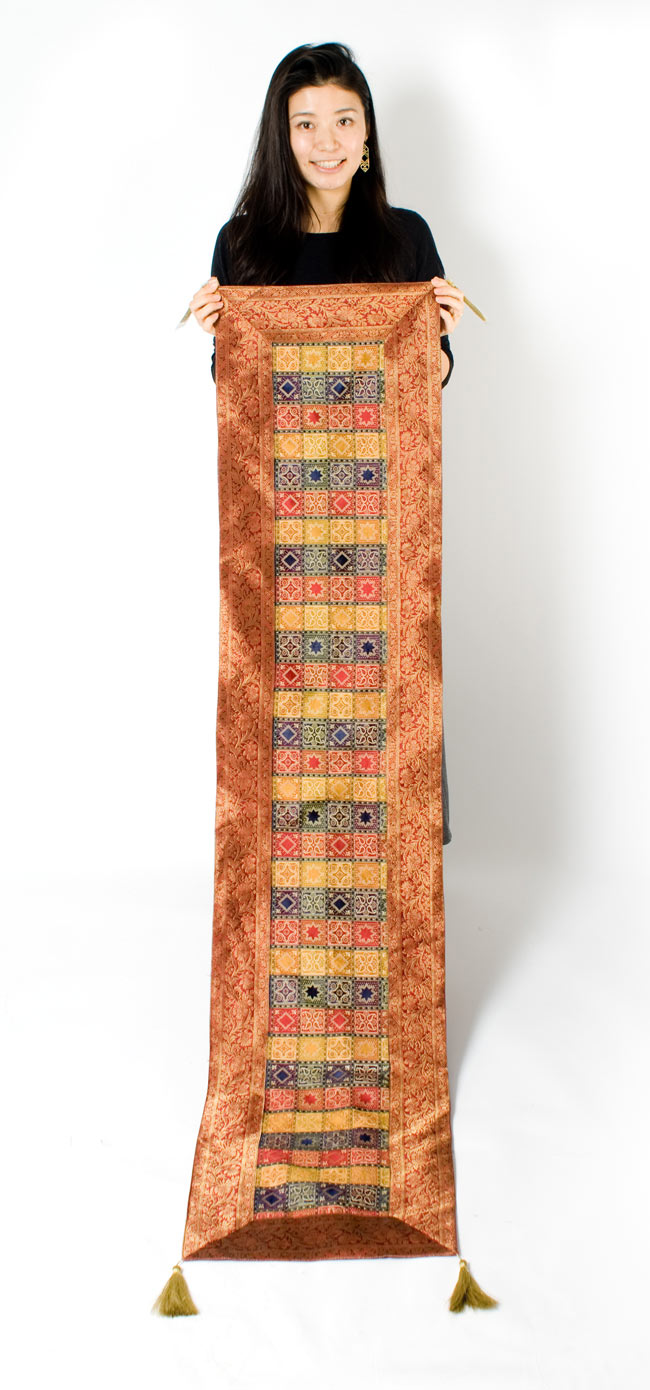 〔約180cm×40cm〕インドの金糸入りテーブルランナー 赤紫×マルチカラーの写真7 - 大きさの参考にモデルさんが持ってみました。