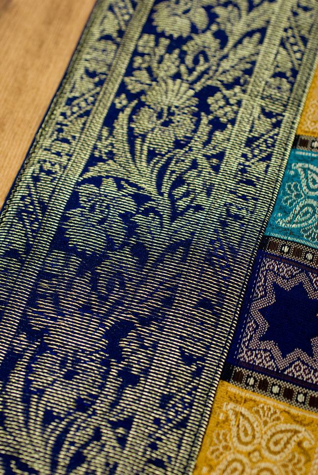 〔約180cm×40cm〕インドの金糸入りテーブルランナー 紺色×マルチカラーの写真3 - 縁の部分の装飾が美しいです。