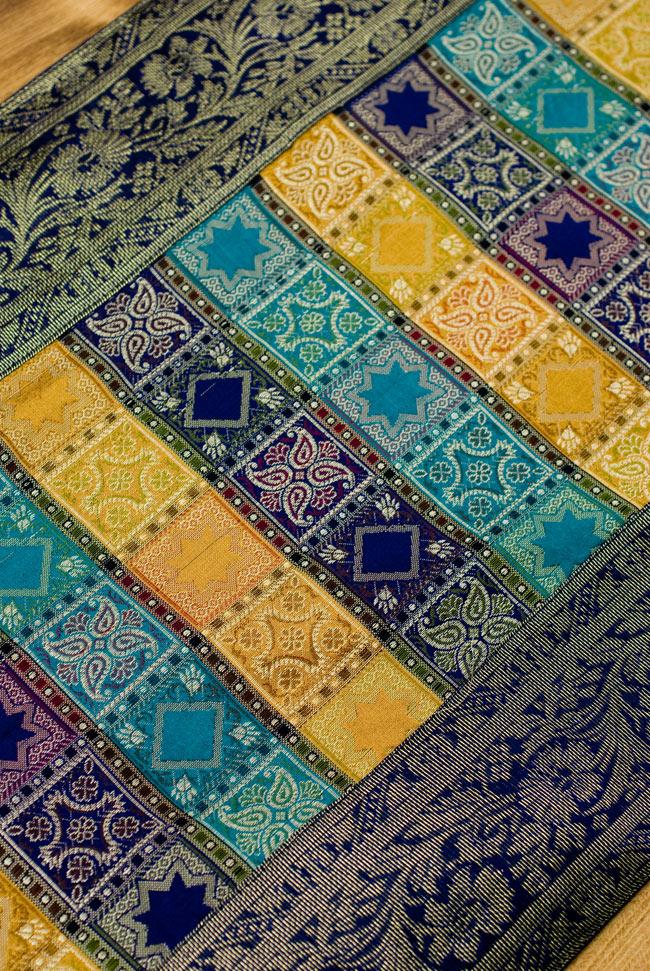 〔約180cm×40cm〕インドの金糸入りテーブルランナー 紺色×マルチカラーの写真4 - 中央部分です。豪華かつ重厚なデザインです。