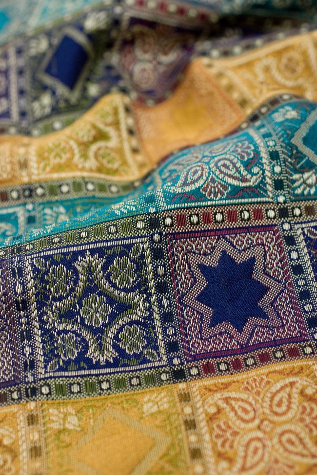 〔約180cm×40cm〕インドの金糸入りテーブルランナー 紺色×マルチカラーの写真5 - 光沢感のある美しい布が使われています。裏地がついていて二重構造になっていますので、しっかりしています。