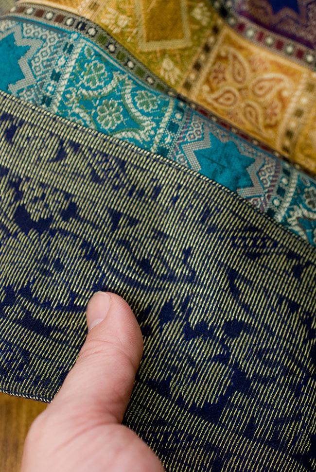 〔約180cm×40cm〕インドの金糸入りテーブルランナー 紺色×マルチカラーの写真6 - ふちの部分は堅さとしなやかさのあるがあり丈夫です。
