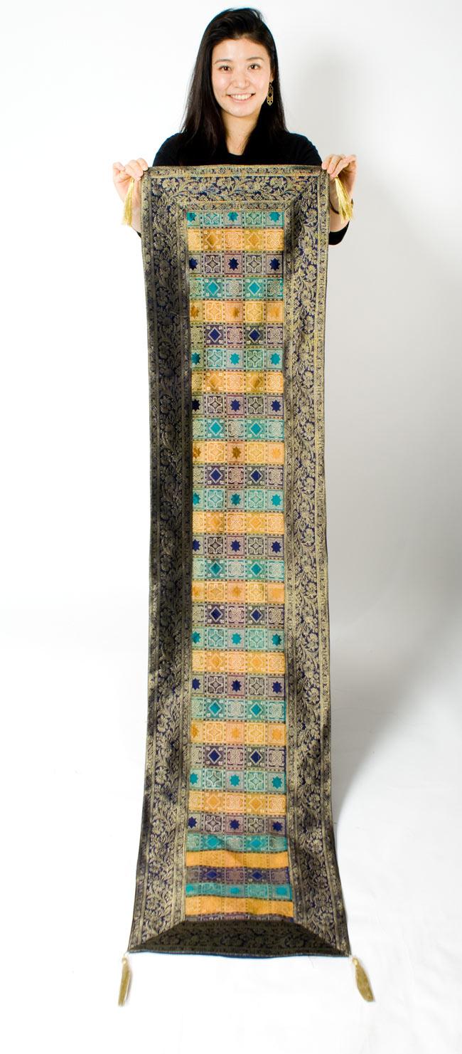 〔約180cm×40cm〕インドの金糸入りテーブルランナー 紺色×マルチカラーの写真7 - 大きさの参考にモデルさんが持ってみました。