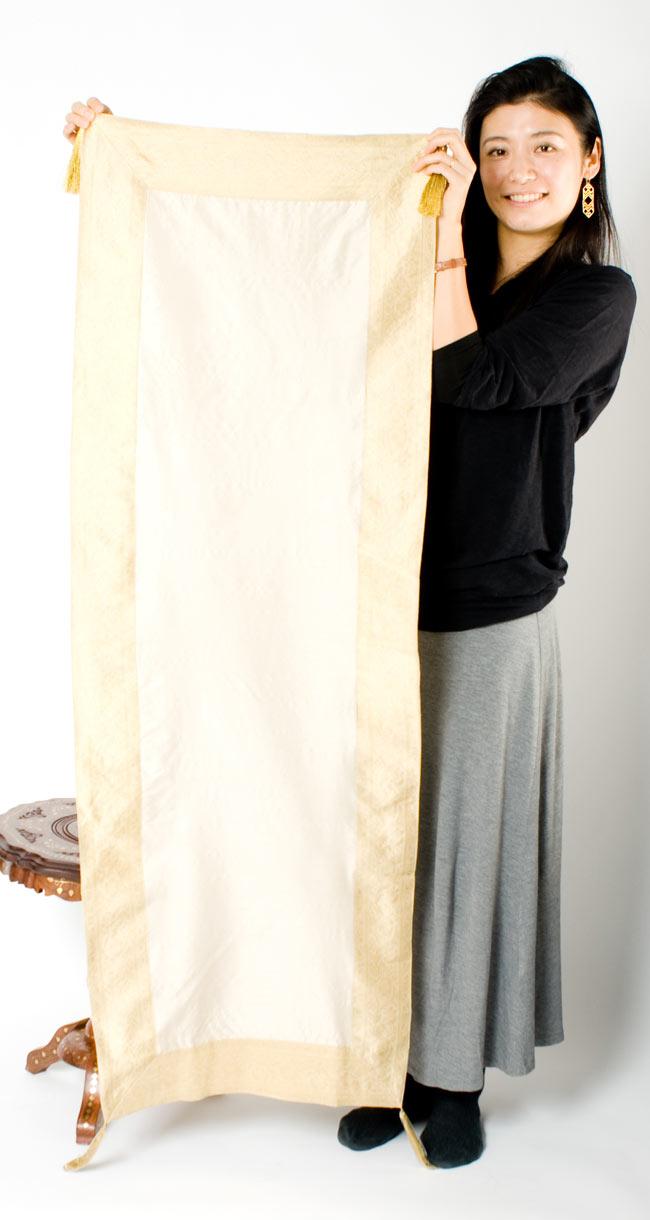 〔約140cm×50cm〕インドの金糸入りテーブルランナー ベージュホワイトの写真7 - 大きさの参考にモデルさんが持ってみました。