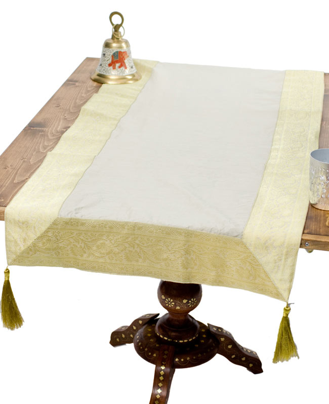 〔約140cm×50cm〕インドの金糸入りテーブルランナー ベージュホワイトの写真