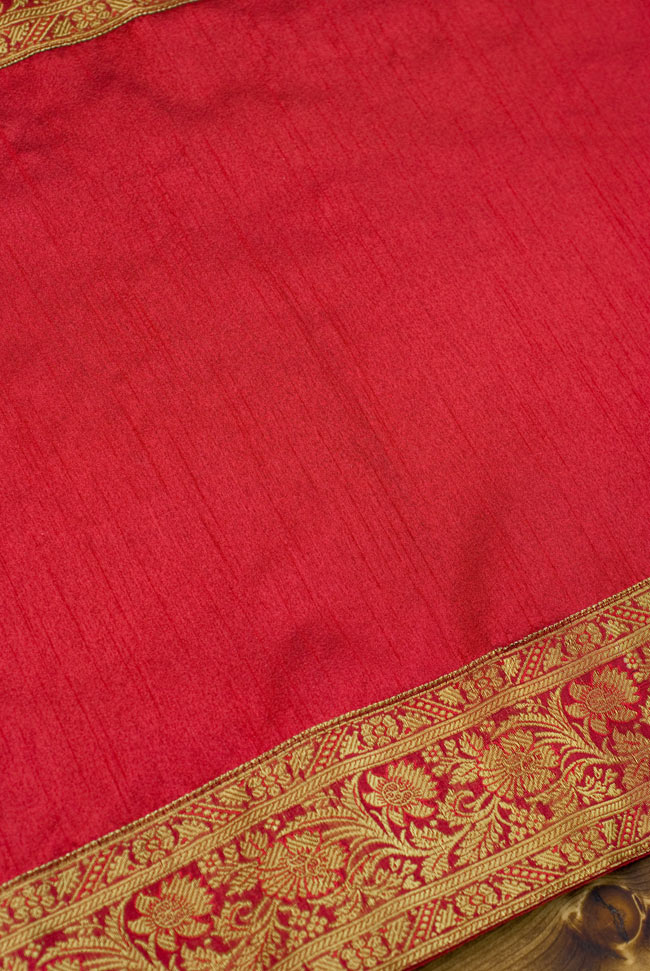 〔約140cm×50cm〕インドの金糸入りテーブルランナー レッドの写真4 - 中央部分の布地はシンプルなプレーンタイプ。