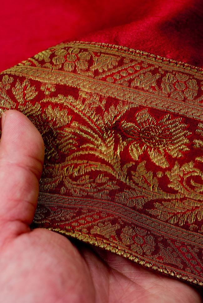 〔約140cm×50cm〕インドの金糸入りテーブルランナー レッドの写真6 - ふちの部分は堅さとしなやかさのあるがあり丈夫です。