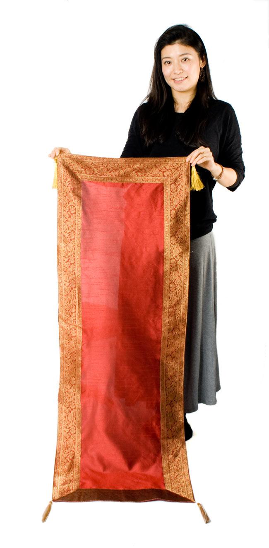 〔約140cm×50cm〕インドの金糸入りテーブルランナー レッドの写真7 - 大きさの参考にモデルさんが持ってみました。