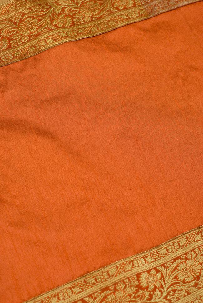 〔約140cm×50cm〕インドの金糸入りテーブルランナー オレンジの写真4 - 中央部分の布地はシンプルなプレーンタイプ。