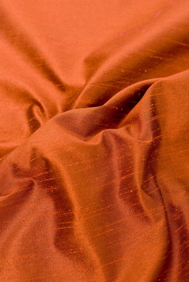 〔約140cm×50cm〕インドの金糸入りテーブルランナー オレンジの写真5 - 波立たせてみました。光沢感があり、陰影の美しい布地です。