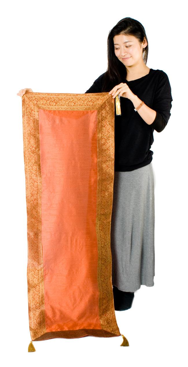 〔約140cm×50cm〕インドの金糸入りテーブルランナー オレンジの写真7 - 大きさの参考にモデルさんが持ってみました。
