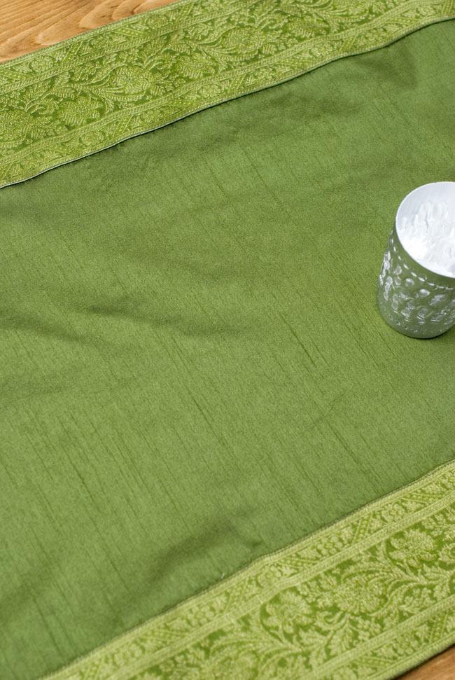 〔約140cm×50cm〕インドの金糸入りテーブルランナー グリーンの写真4 - 中央部分の布地はシンプルなプレーンタイプ。