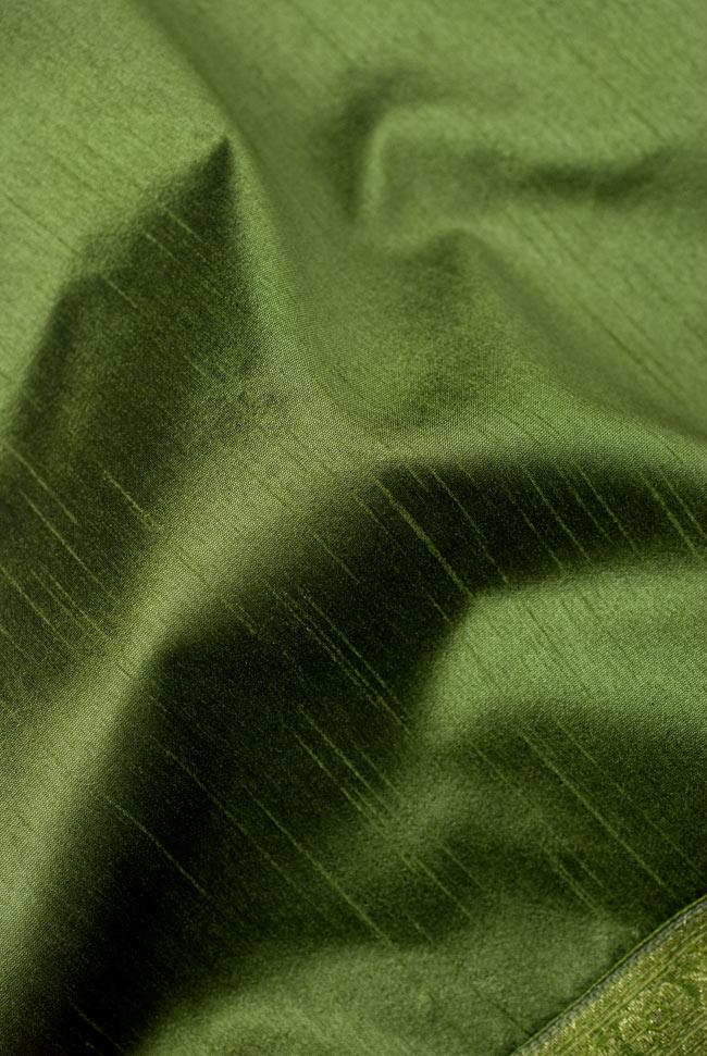 〔約140cm×50cm〕インドの金糸入りテーブルランナー グリーンの写真5 - 波立たせてみました。光沢感があり、陰影の美しい布地です。