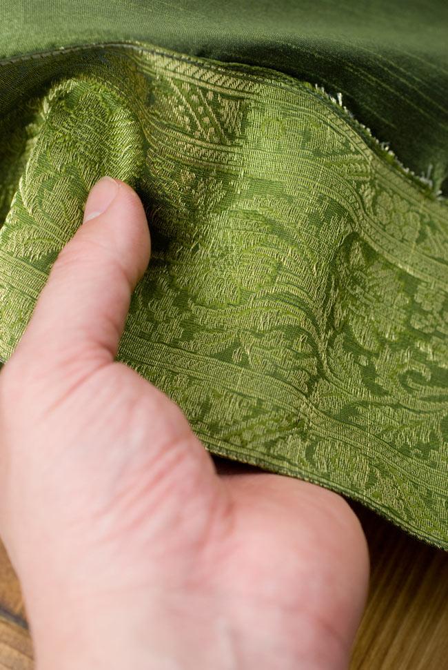 〔約140cm×50cm〕インドの金糸入りテーブルランナー グリーンの写真6 - ふちの部分は堅さとしなやかさのあるがあり丈夫です。