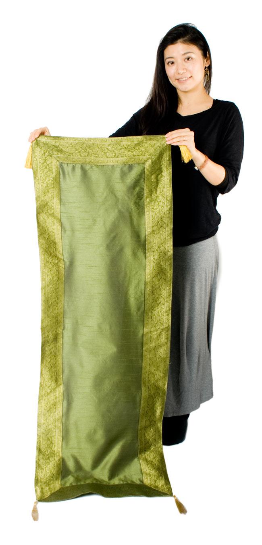 〔約140cm×50cm〕インドの金糸入りテーブルランナー グリーンの写真7 - 大きさの参考にモデルさんが持ってみました。