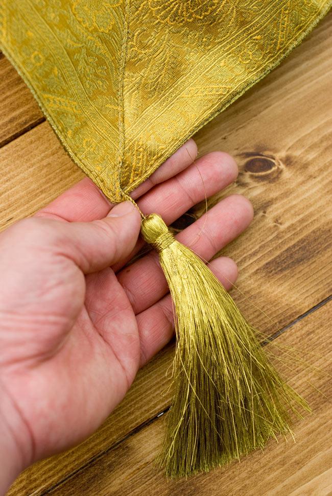 〔約140cm×50cm〕インドの金糸入りテーブルランナー オリーブの写真2 - 四隅にはこのような飾りがついています。