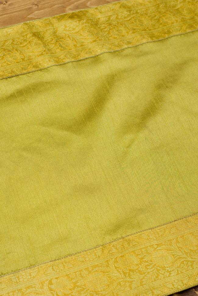 〔約140cm×50cm〕インドの金糸入りテーブルランナー オリーブの写真4 - 中央部分の布地はシンプルなプレーンタイプ。
