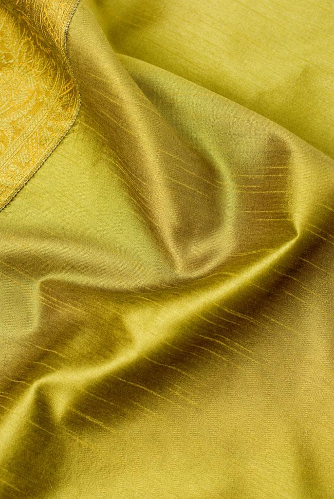 〔約140cm×50cm〕インドの金糸入りテーブルランナー オリーブの写真5 - 波立たせてみました。光沢感があり、陰影の美しい布地です。
