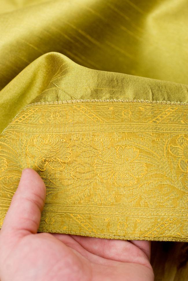〔約140cm×50cm〕インドの金糸入りテーブルランナー オリーブの写真6 - ふちの部分は堅さとしなやかさのあるがあり丈夫です。