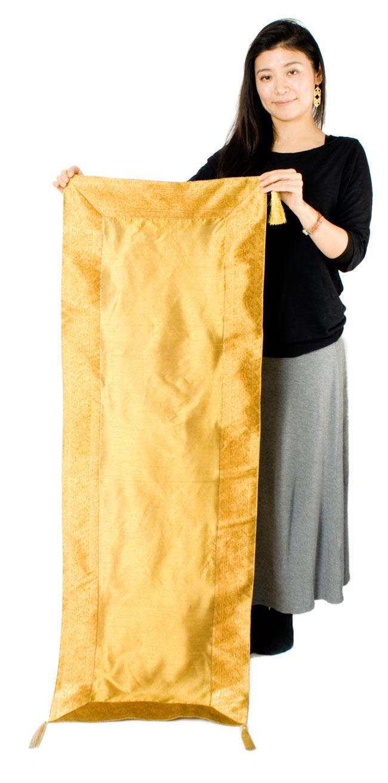 〔約140cm×50cm〕インドの金糸入りテーブルランナー オリーブの写真7 - 大きさの参考にモデルさんが持ってみました。