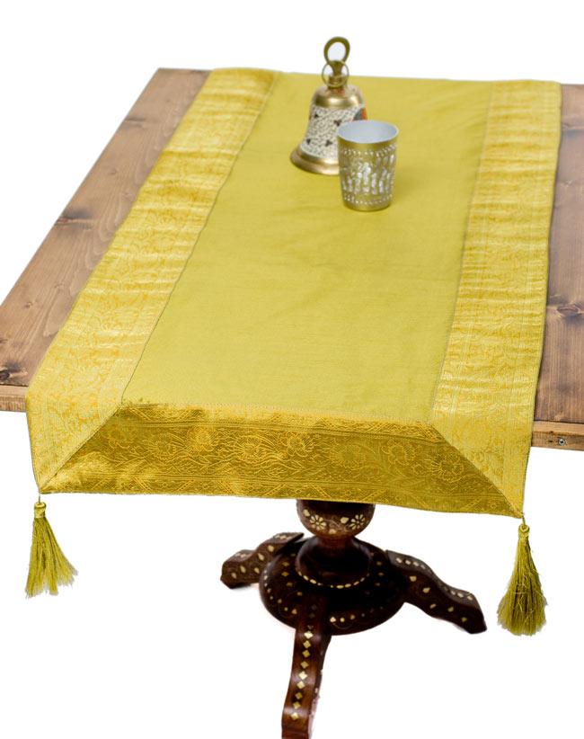 〔約140cm×50cm〕インドの金糸入りテーブルランナー オリーブの写真