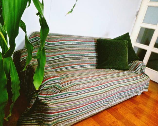 〔235cm×150cm〕カディコットン風マルチクロス - モノカラー パープルの写真9 - 2.5人掛けのソファー(W1430×H530×D770)での使用例です。