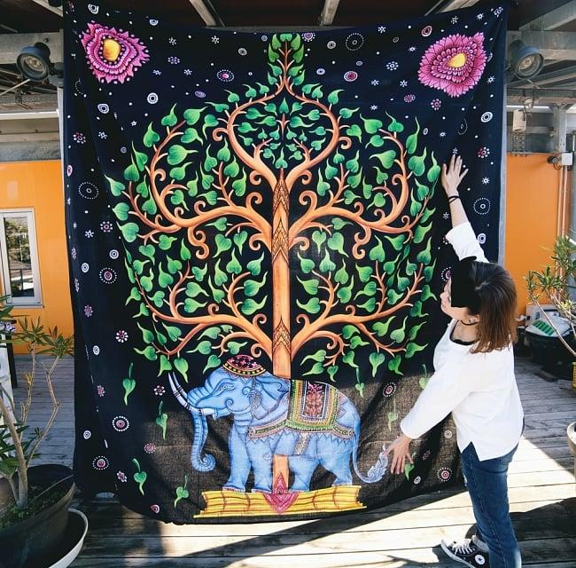 マルチクロス - 象と生命の樹【約220cm×約205cm】 7 - モデルさんとの比較写真です。マルチクロスはサイズが大きく、引き込まれるような迫力があります。