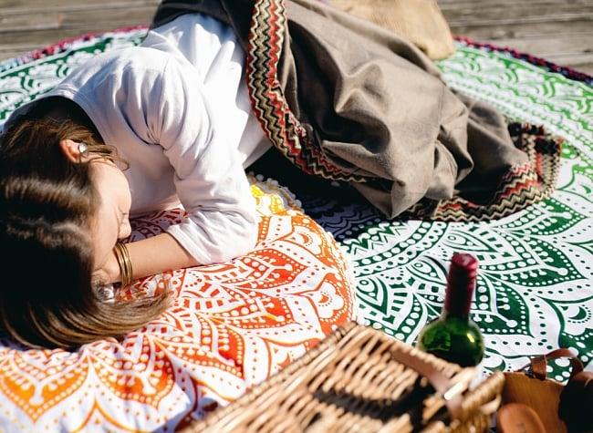 マンダラ柄ラウンドブランケット レジャーシート&ソファーカバー・テーブルクロス【約170cm】の写真3 - ピクニックや読書などへ!寝転んだりもできるサイズなのでリラックス空間が広がります