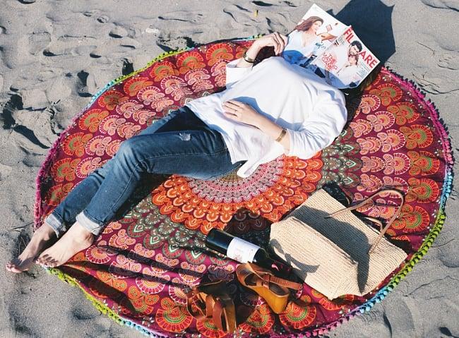 マンダラ柄ラウンドブランケット レジャーシート&ソファーカバー・テーブルクロス【約150cm】の写真5 - 寝転んだりもできるサイズなのでリラックス空間が広がります