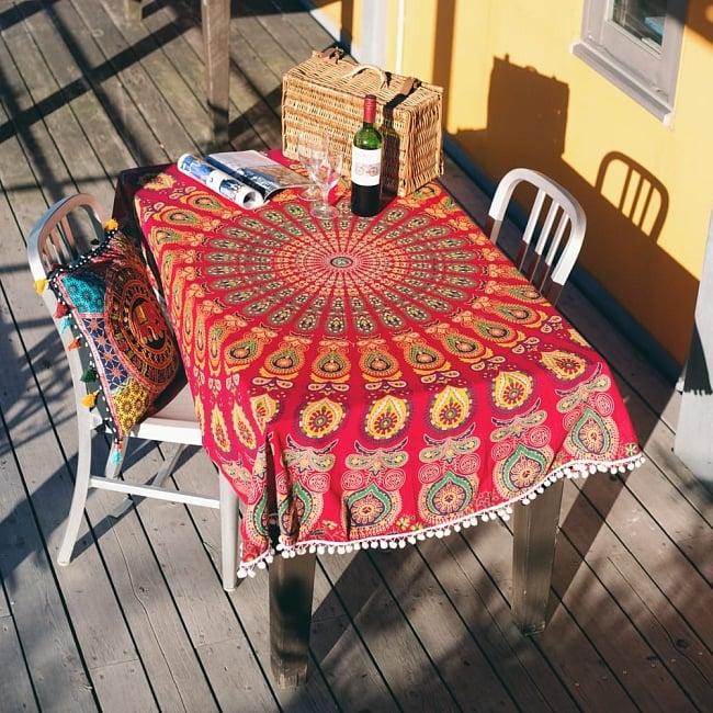 マンダラ柄ラウンドブランケット レジャーシート&ソファーカバー・テーブルクロス【約180cm】の写真8 - 同サイズの、同ジャンル品の使用例となります。テーブルクロスとしても素敵です