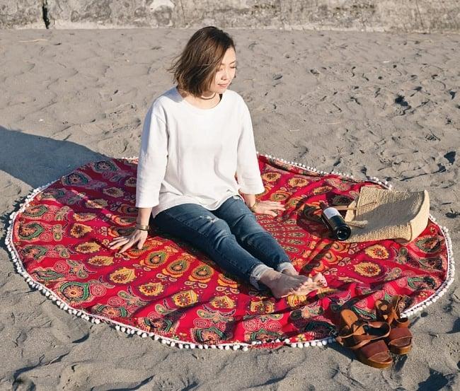 マンダラ柄ラウンドブランケット レジャーシート&ソファーカバー・テーブルクロス【約180cm】の写真9 - 砂浜でブランケットとして使うのも素敵です