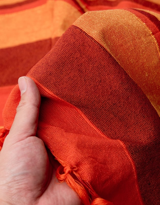 〔260cm×215cm〕カディコットン風マルチクロス - オレンジ系 5 - 生地の拡大写真です。生地を節約するために薄く作られていて簡単に透けてしまう物もありますが、こちらは厚手でしっかりしているので長く使えそうです。