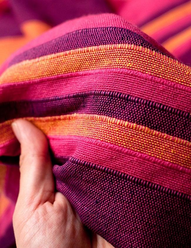 〔260cm×215cm〕カディコットン風マルチクロス - 紫・オレンジ・ピンク系の写真5 - 生地の拡大写真です。生地を節約するために薄く作られていて簡単に透けてしまう物もありますが、こちらは厚手でしっかりしているので長く使えそうです。