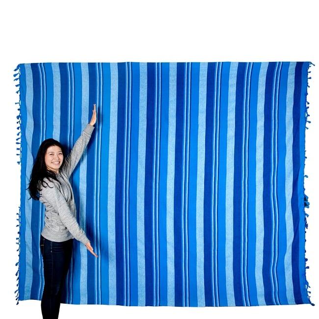 〔260cm×215cm〕カディコットン風マルチクロス - 紫・オレンジ・ピンク系の写真7 - 色違いの商品とモデルさんのサイズ比較写真になります。ダブルベッドサイズの便利で大きな布です。
