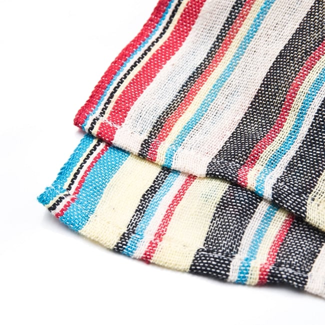 〔225cm×150cm〕柔らか手触りのイタワ織りマルチクロス - ブルー×レッド×イエロー 2 - 縁の部分の拡大写真です。ほつれないように折り返し裁縫されています。