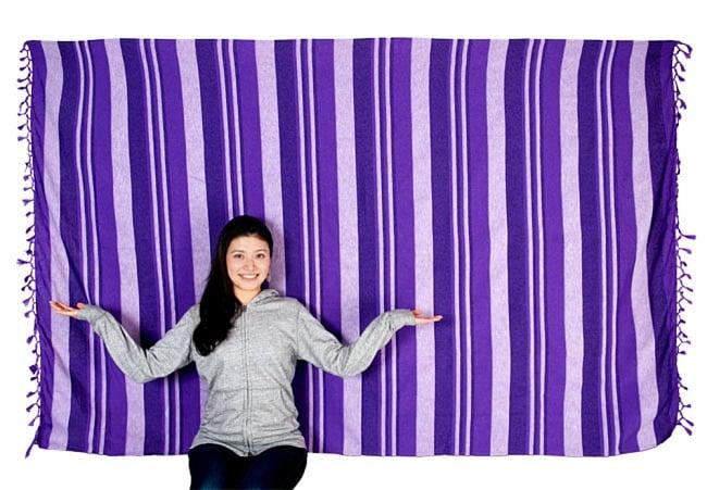 〔225cm×150cm〕柔らか手触りのイタワ織りマルチクロス - ブルー×レッド×イエロー 6 - 色違いの商品とモデルさんのサイズ比較写真になります。ソファーカバー、ベッドカバーや壁掛けクロス、テーブルクロスにも使いやすいサイズです。
