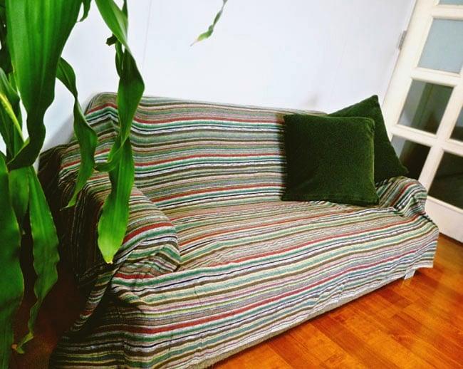 〔225cm×150cm〕柔らか手触りのイタワ織りマルチクロス - ブルー×レッド×イエロー 9 - 2.5人掛けのソファー(W1430×H530×D770)での使用例です。
