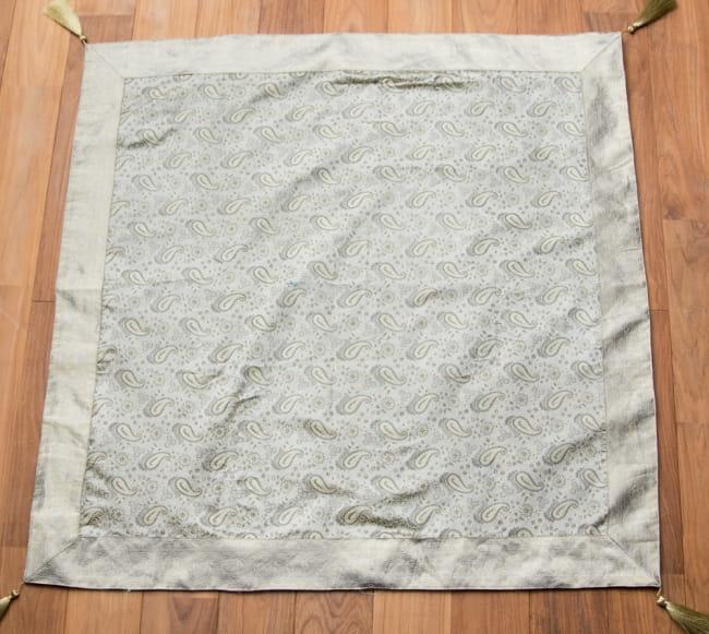 〔約105cm×105cm〕インドの金糸入りテーブルカバー -ペイズリー×グレー 6 - 全体写真です。