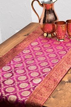 〔約175cm×45cm〕インドの金糸入りテーブルランナー - ピンク×サークル大