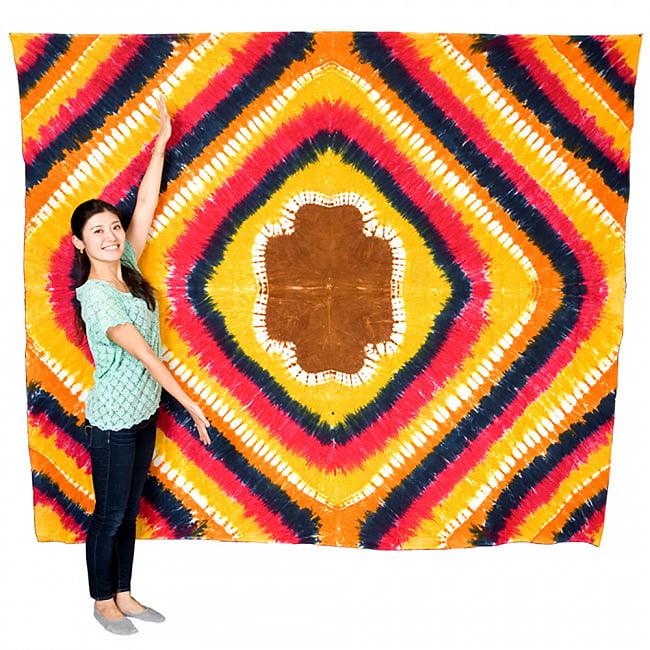 マルチクロス - ピーコックマンダラ【約228cm x 200cm】 9 - 同様のサイズの布のとなりにモデルさんが立つとこれくらいのサイズ感になります。